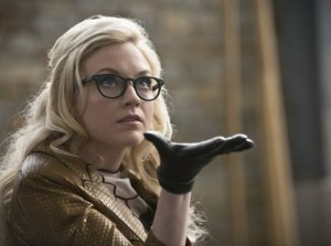 the-flash-image-all-star-team-up-emily-kinney-600x447