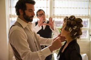 Bradley-Cooper-David-O-Russel-and-Amy-Adams-on-the-set-of-American-Hustle.-600x398