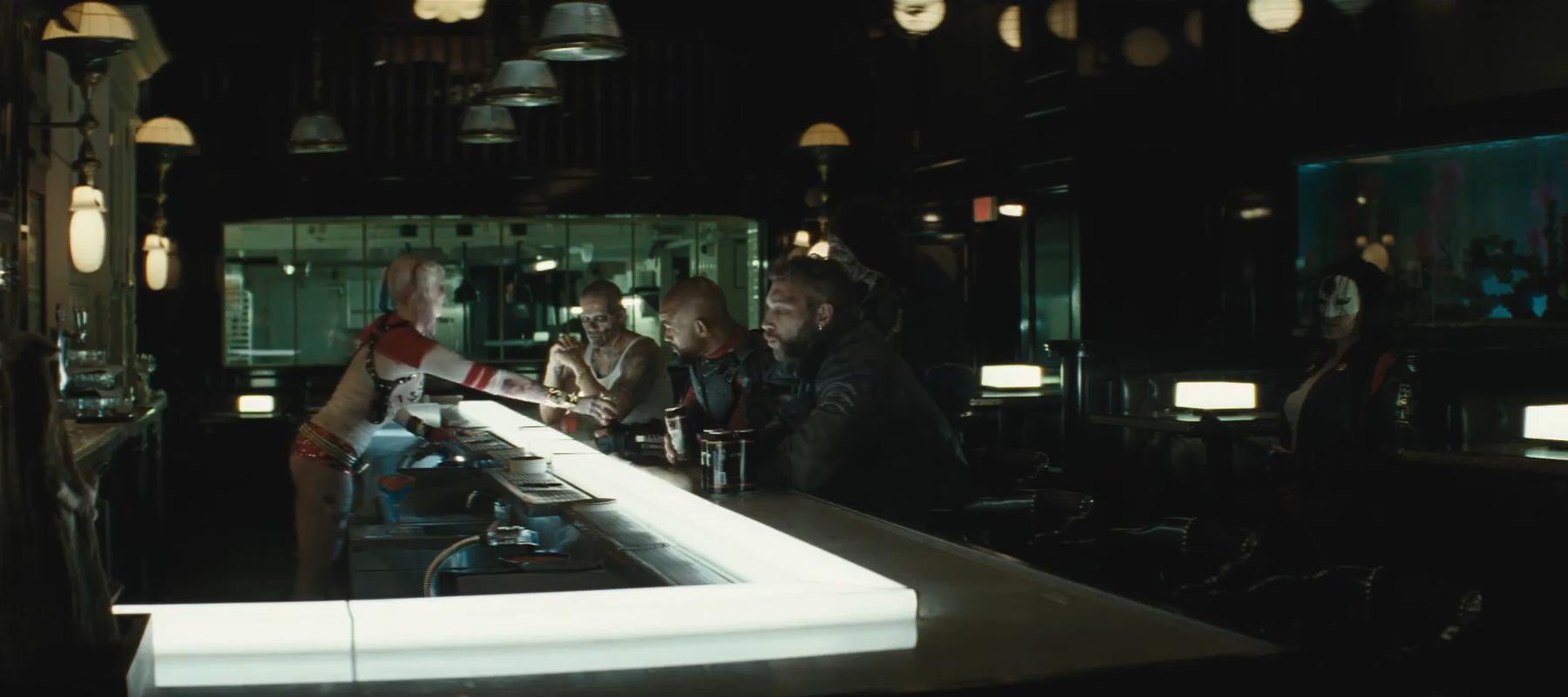 Recensione di Suicide Squad- Il cast in un bar nel film