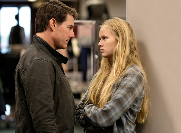 tom-cruise-plays-jack-reacher-and-danika-yarosh-plays-samantha-in-jack-reacher-never-go-back